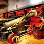 Nachempfundenes Piratendeck mit historischen Kanonen. ©vdl