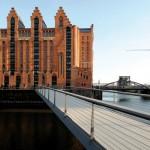 Übers Wasser ins Museum. Die neue Fußgängerbrücke verbindet den Kaispeicher mit der City. ©Michael Zapf