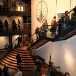 Die Freitreppe im Foyer führt auf die Themendecks. ©vdl