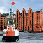 Die Fahrwassertonne ELBE1 weist den Weg in das Maritime Museum. ©vdl