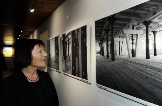 Die Architektin Mirjana Markovic betrachtet die Bilder von Michael Zapf.