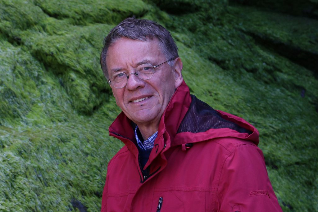Peter Haefcke am felsen in Bedruthan Steps
