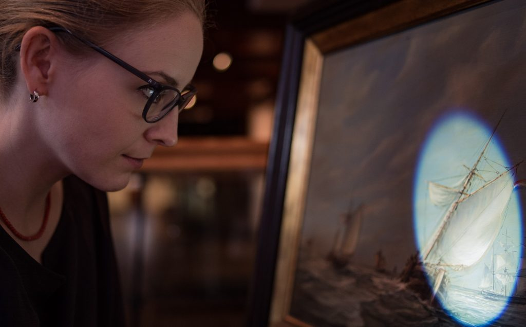Restauratorin Bianca Floss Marine Malerei Restaurierung Bilder Internationales Maritimes Museum Hamburg