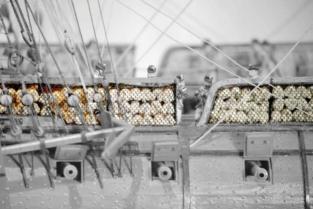 Hängematten in Finknetze als zusätliche Schutz am Deck der Fregatte. Internationales Maritimes Museum Hamburg.