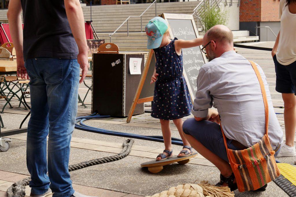 Mädchen übt ihre Seefestigkeit im Piraten Parkour am Vorplatz des Internationalen Maritimen Museum Hamburg. Der Familiensonntag ist Teil der Veranstaltungsreihe Sommer in der HafenCity.