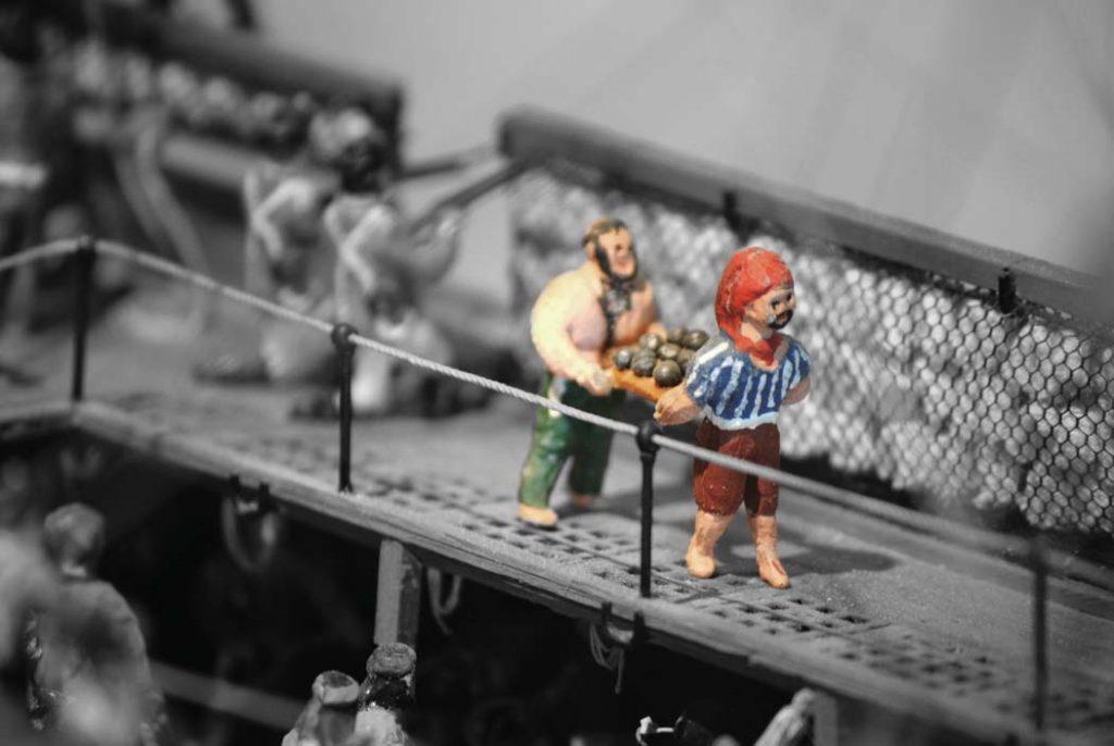 Kanonenkugel Werden am Bord der Fregatte transportiert. Internationales Maritimes Museum Hamburg.