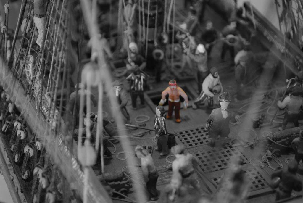 Ein sogenannte Pulveraffe rennt auf dem Deck der Fregatte. Schiffsmodell im Internationalesn Maritimen Museum Hamburg.