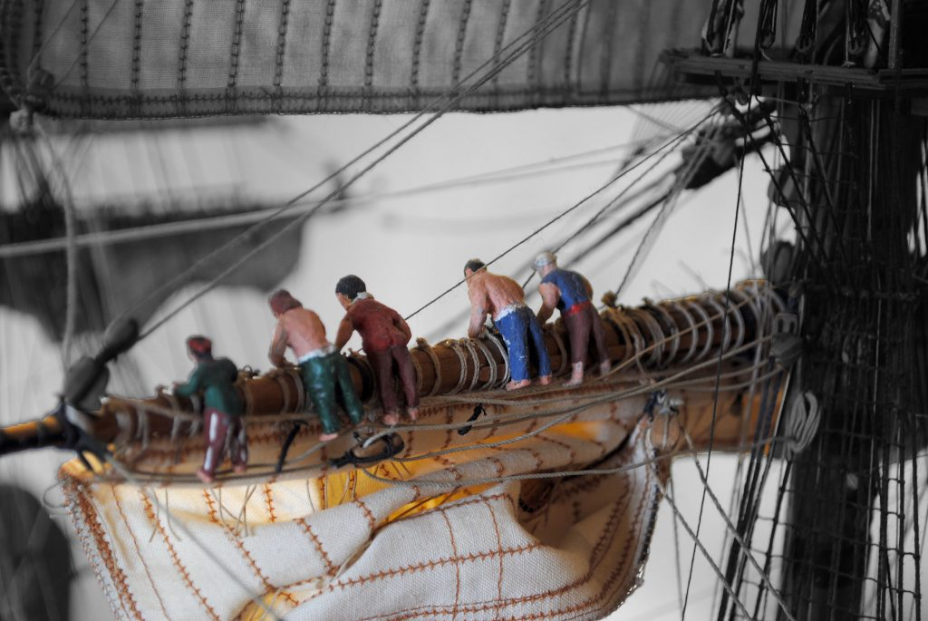 Matrosen packen die Segeln eine Fregatte der Royal Navy um 1768. Schiffsmodell auf Deck 2 der Internationale Maritime Museum Hamburg.