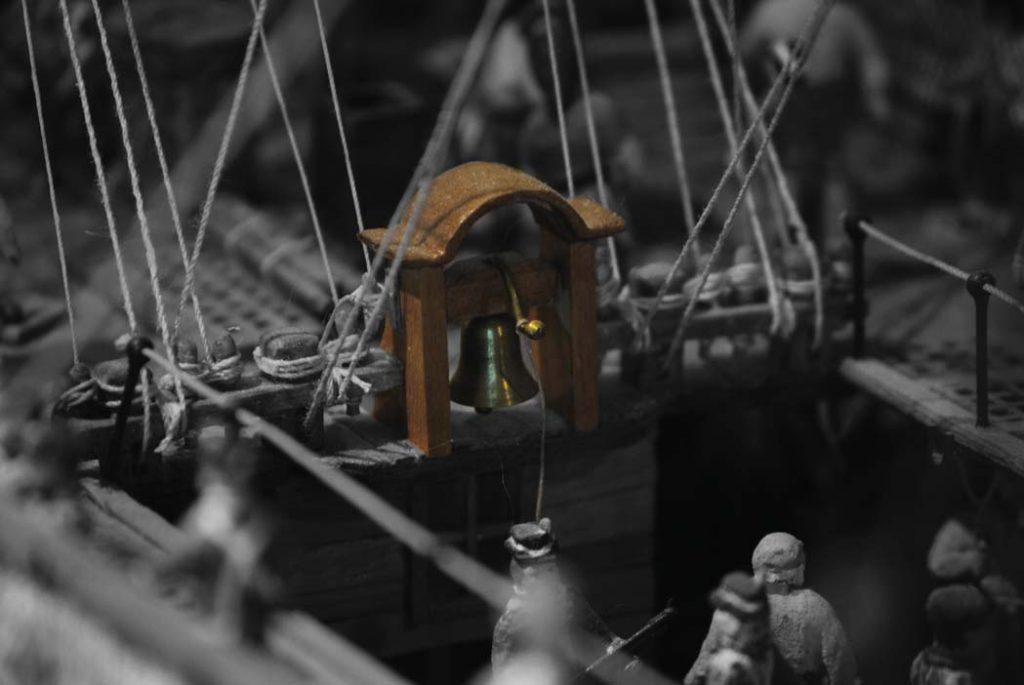 Die Schiffsglocke einer Fregatte der Royal Navy um 1768. Schiffmodell uaf Deck 2 der Internationale Maritime Museum Hamburg. Schiffsmodell