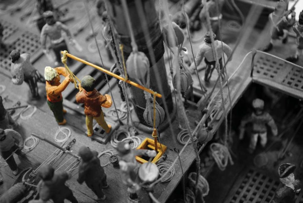 Matrosen pumpen Wasser, auch lenzen genannt, an bord der Britische Fregatte. Modell im Internationalen Maritimen Museum Hamburg.