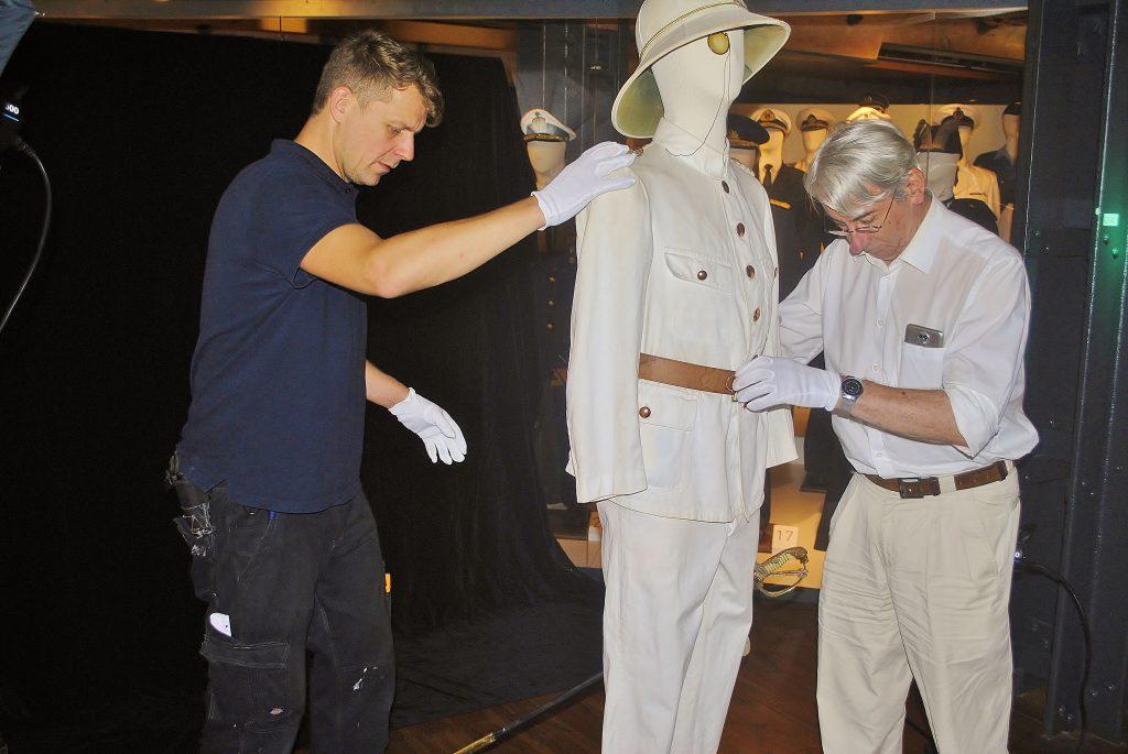 Haustechniker Marko Suchowiecki und Restaurator Frédéric Lebas transportieren Marineuniformen auf Deck 4. Internationales Maritimes Museum Hamburg.