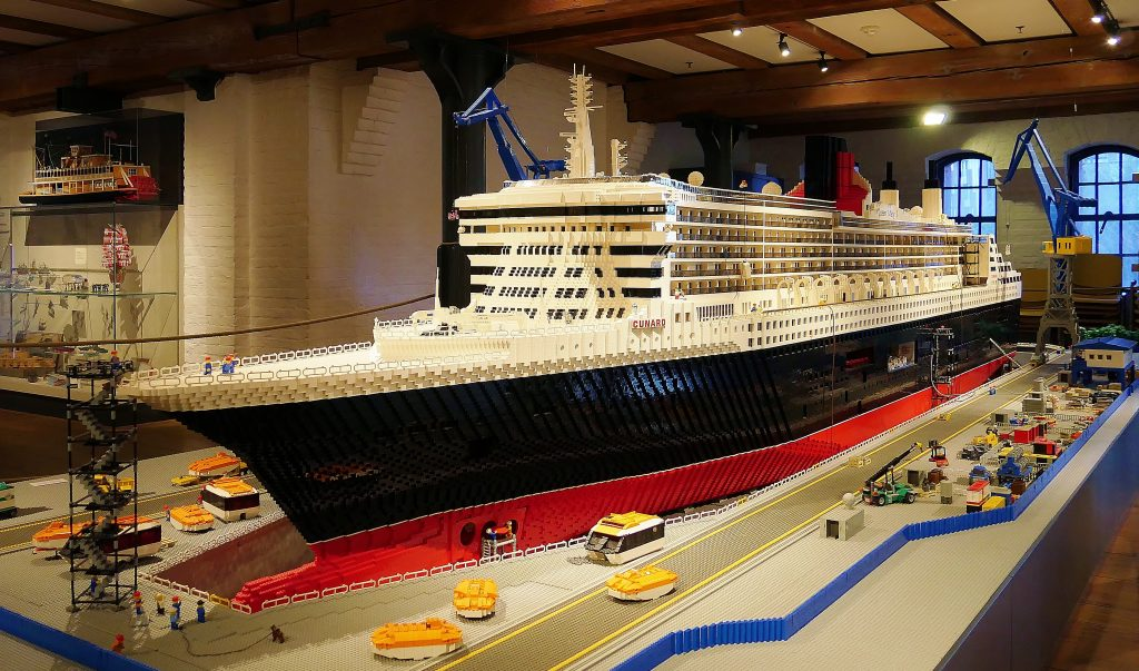 Die Queen Mary 2 im Masßtab 1:50 aus Lego, auf Deck 1 des Internationalen Maritimen Museum Hamburg.