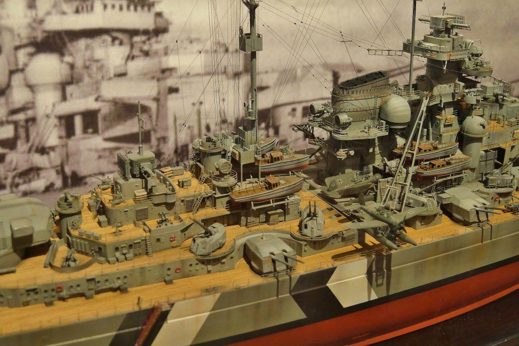 Detail des Fotorealistischen Modell des Schalchtschiff Bismarck von Wolfgang Wurm auf Deck 5 des Internationalen Maritimen Museum Hamburg.