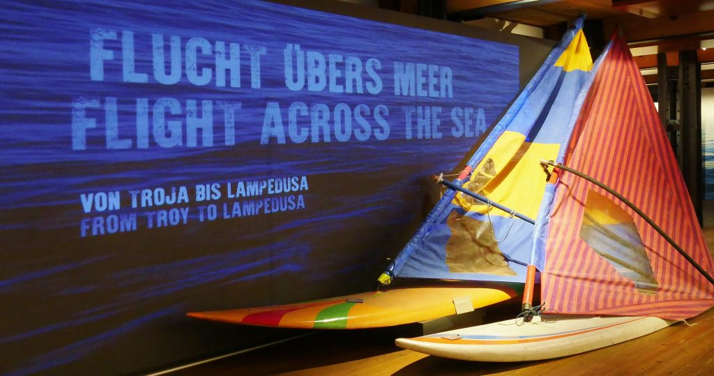 Die Surfbretter Haben Karsten Klünder und Dirk Deckert selbst für die Flucht aus der DDR angefertigt. Bild aus der Sonderausstellung Flucht übers Meer.