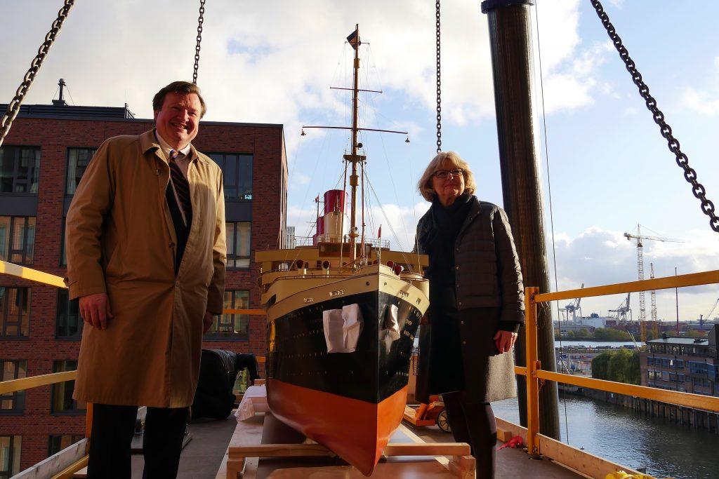 Von Links nach Rechts: Museumsdirektor Peter Tamm, historische Werftmodell de Cap Arcona und Leiterin des Projekts Hamburg Süd im Museum Eva Graumann.