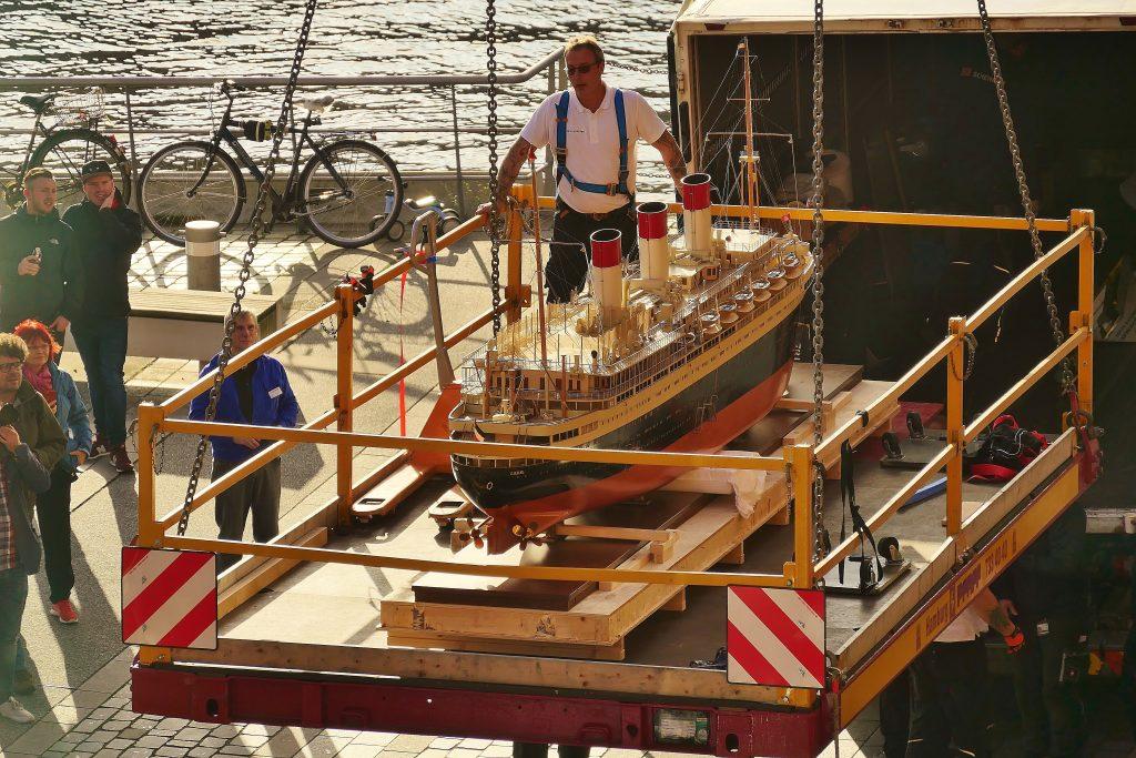 Neue Exponate: das Werftmodell der Cap Arcona wird mit spektakulären Kranarbeiten auf Deck 6 des Internationalen Maritimen Museum Hamburg gebracht.