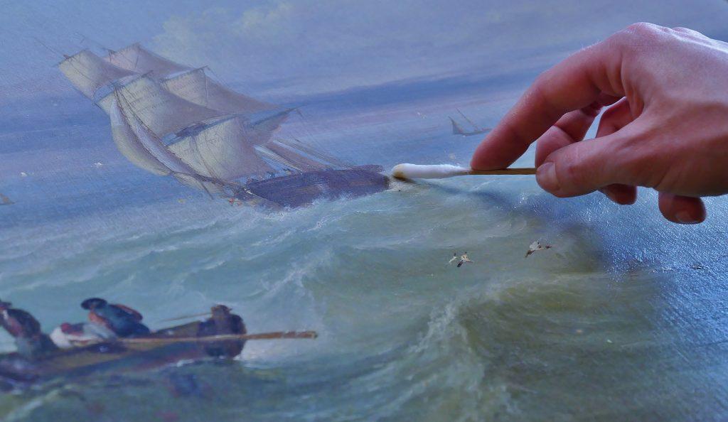 Bianca Floss restauriert marine Malerei auf Deck 8 des Internationalen Maritimen Museum Hamburg am Europäischen Tag der Restaurierung.