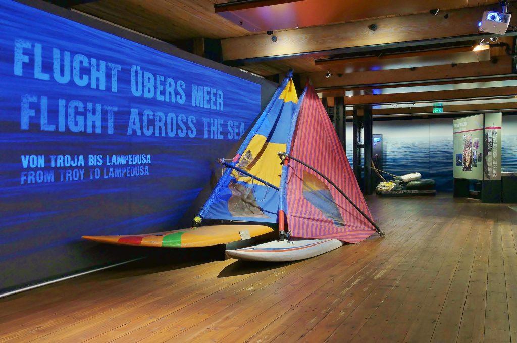 """Die Sonderausstellung """"Flucht übers Meer- von Troja nach Lampedusa"""", bis zum 2. Februar 2020 im Internationalen Maritimen Museum Hamburg, bietet ein umfangreiches Begleitprogramm mit Sonderführungen und Workshops für Schulklassen."""