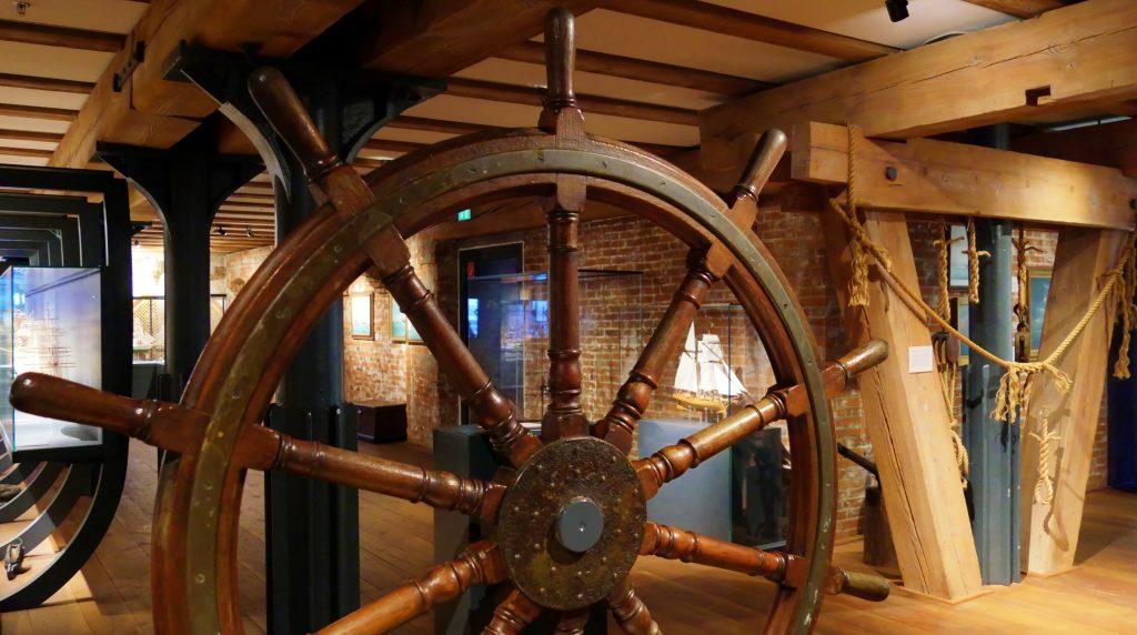 Der Steuerrad auf Deck 2 des Internationalen Maritimen Museum Hamburg.