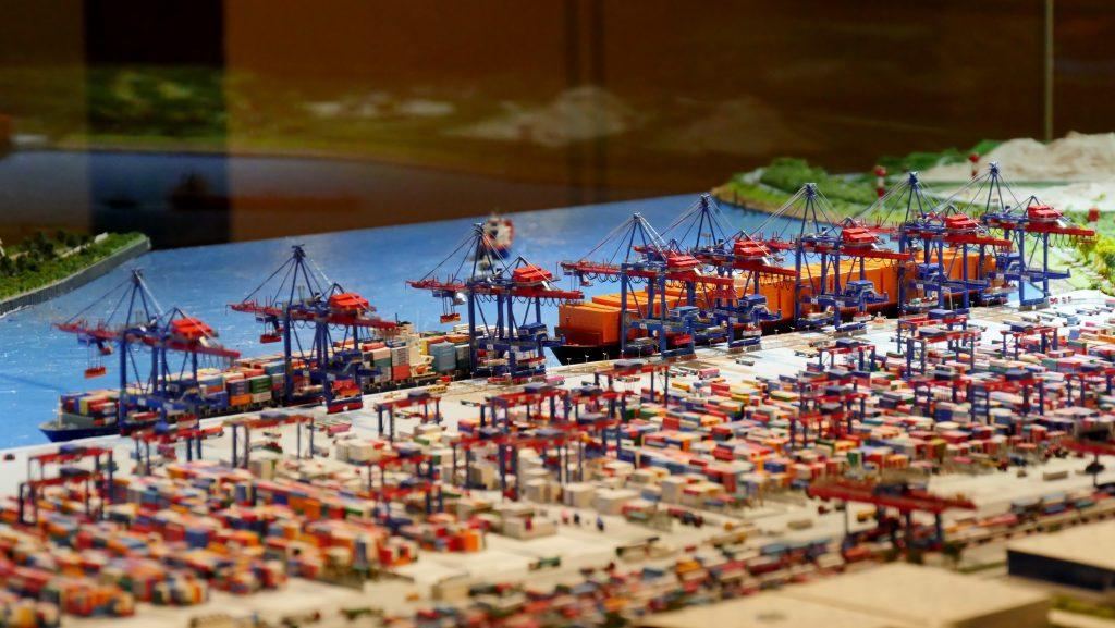 Diorama der der Hamburger Hafen auf Deck 9 des internationales Maritimes Museum Hamburg. Führung für Schulklassen.