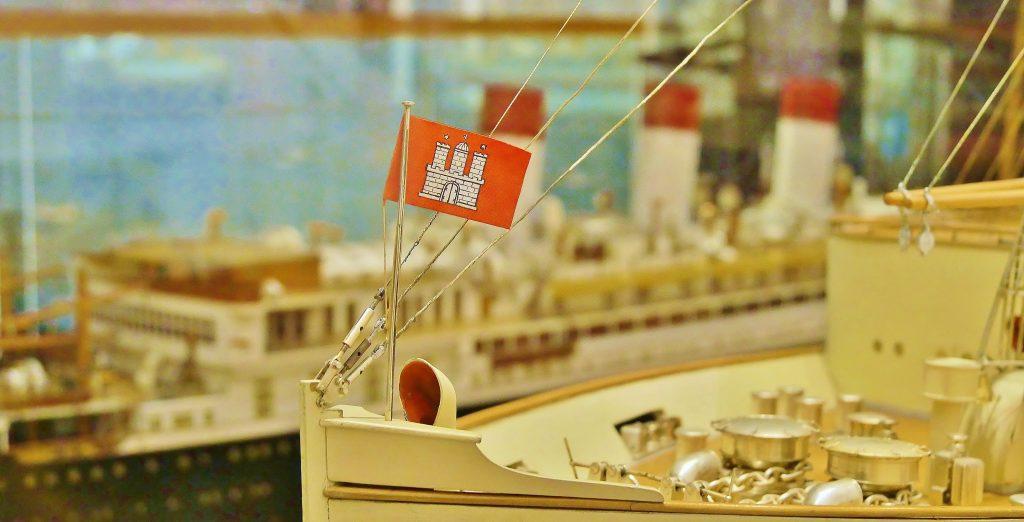 Werftmodell der Cap Arcona auf Deck 6 des Internationales Maritimes Museum Hamburg. Führung für Schulklassen.