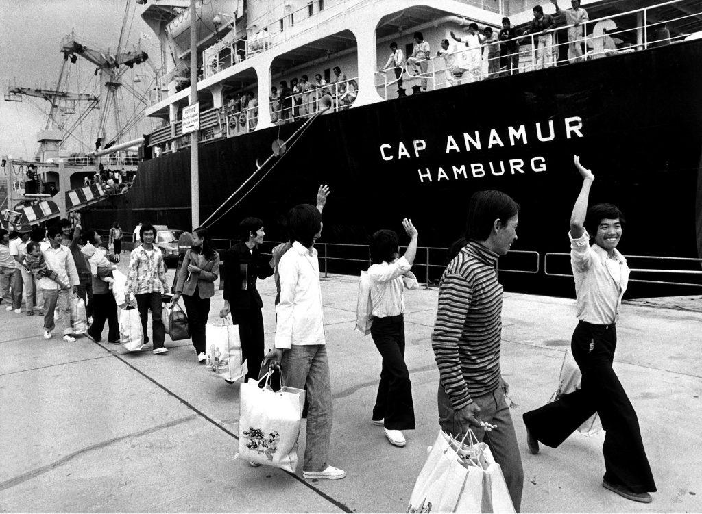 """Die letzten vietnamesischen Flüchtlinge, sog. """"Boat People"""", verlassen die 'Cap Anamur' im Hamburger Hafen, nachdem die Hilfsfahrten des Schiffes beendet worden sind."""