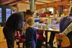 """Familien Besuchen die Modellbauwerkstatt des Internationalen Maritimes Museum Hamburg am Familiensonntag """"Schiffbauwerkstatt""""."""