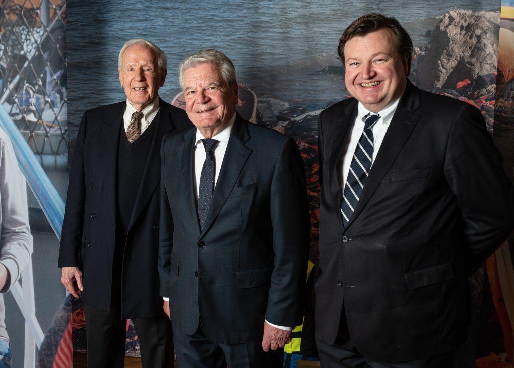 """Von links nach rechts: Dr. Klaus von Dohnanyi, Joachim Gauck und Peter Tamm in die Sonderausstellung """"Flucht übers Meer"""" im Internationalen Maritimen Museum Hamburg."""