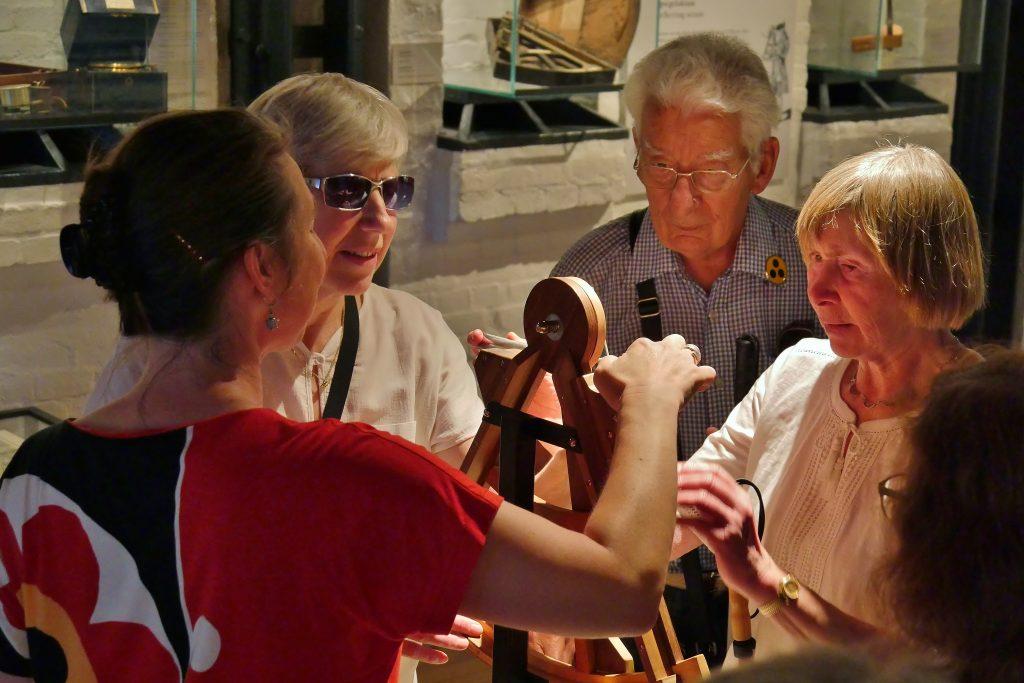 Barrierefreiheit im Internationalen Maritimen Museum Hamburg. Taktile und deskriptive Führung für Blinde und Mensch