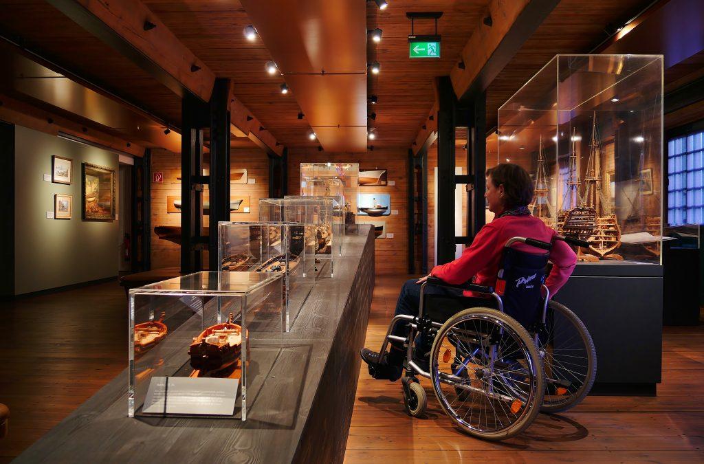 Barrierefreiheit im Internationalen Maritimes Museum Hamburg: Mobilität. Die Ausstellung im Rollstuhl besuchen.