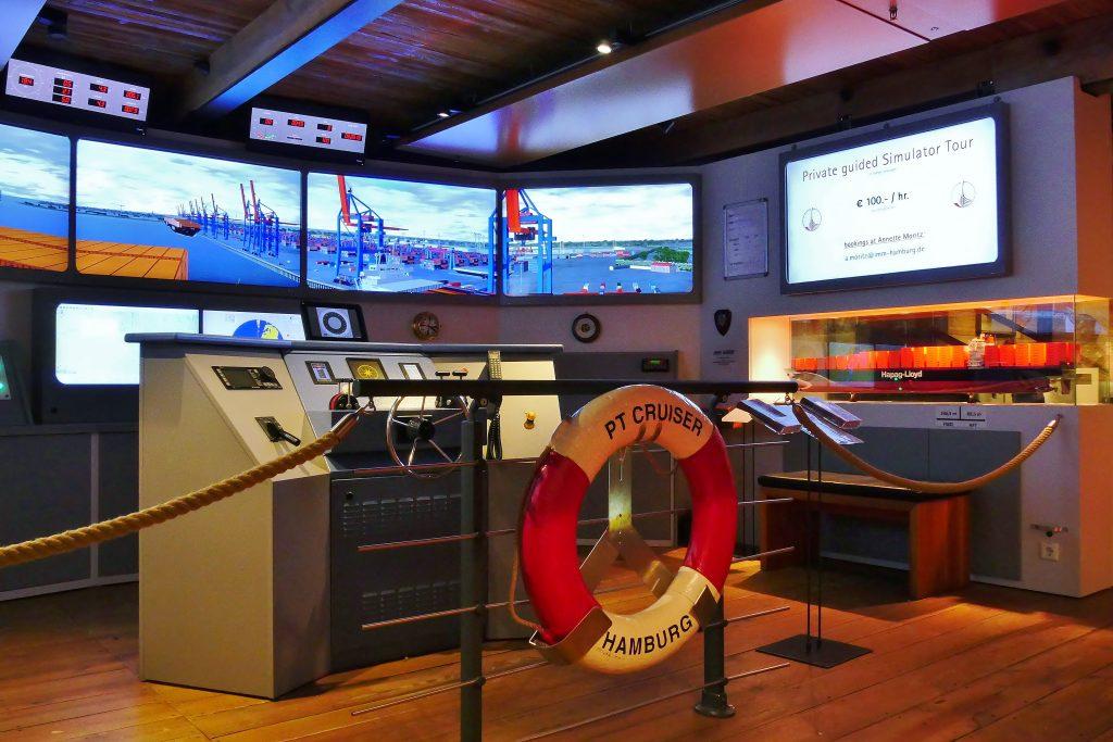 Die Brücke der Schiffsführungssimulator auf Deck 1 der Dauerausstellung. Internationales Maritimes Museum Hamburg.