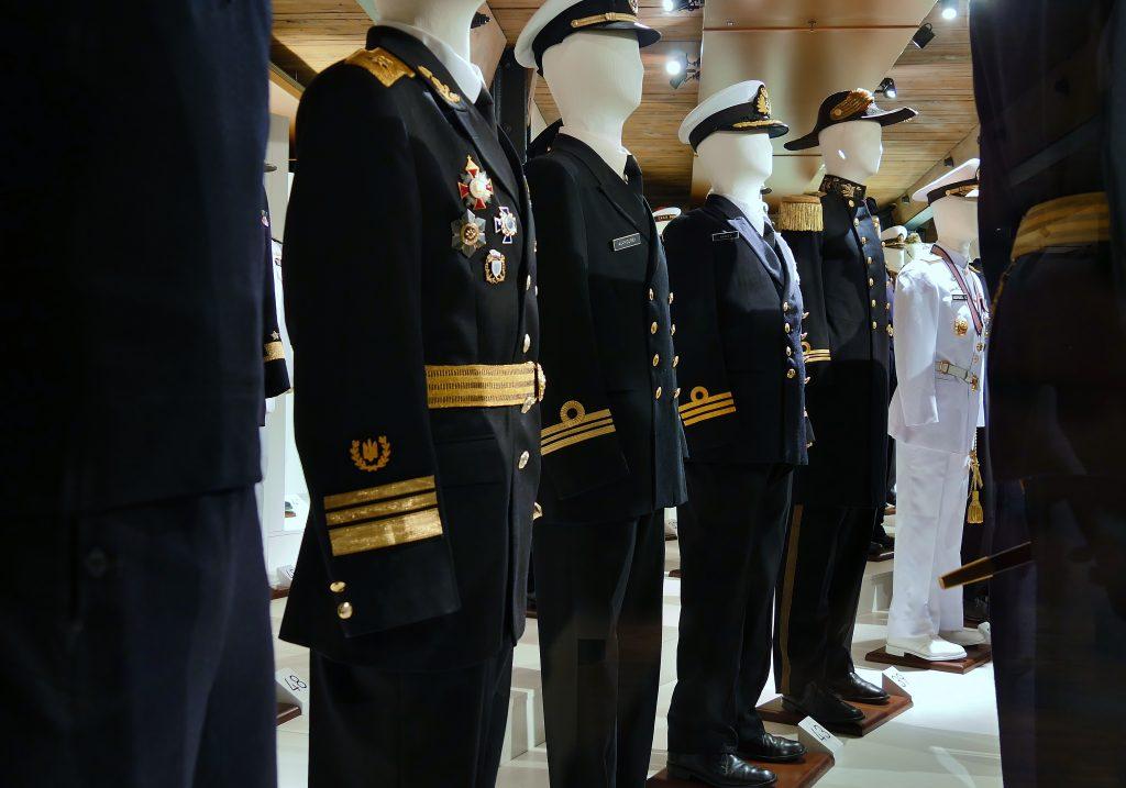 Marineuniformen der Sammlung Peter Tamm auf Deck 4, Dienst an Bord. Internationales Maritimes Museum Hamburg.