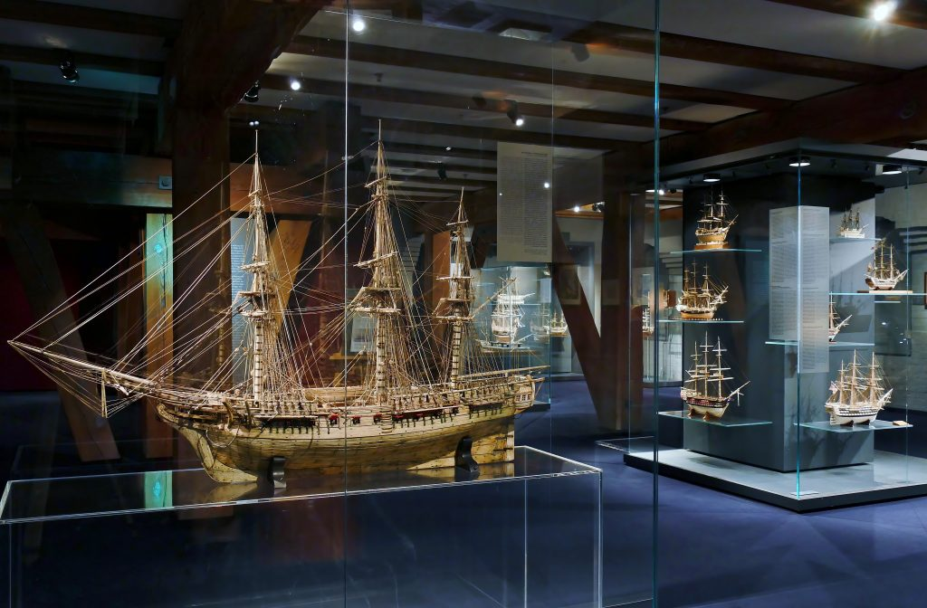 Knochenschiffe der Sammlung Peter Tamm im Schatzkammer auf Deck 8. Internationales Maritimes Museum Hamburg.