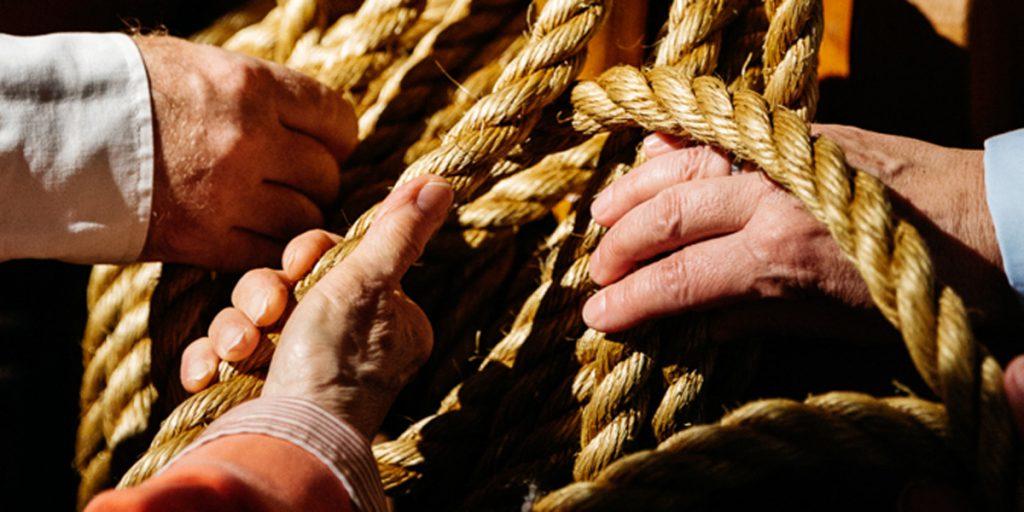 Seefahrerknoten mit Händenwährend eine Kaleidoskop Führung für Menschen mit Demenz, Großaufnahme, Internationales Maritimes Museum Hamburg,