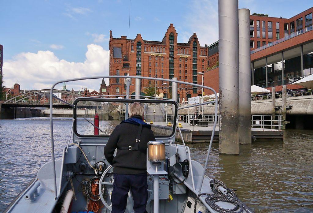 Das Schubboot Roland fährt Richtung Internationale Maritime Museum Hamburg.