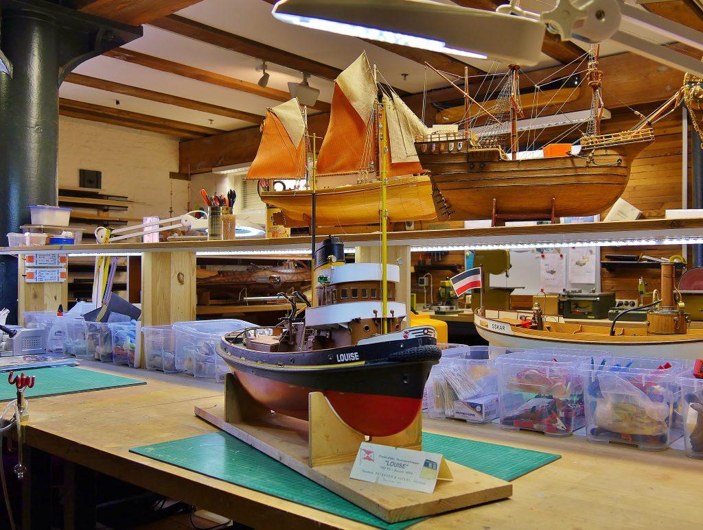 Verschiedene Schiffsmodelle: Schlepper, Barkasse und Segelschiffe. Modellbau Projekte gebaut und ausgestellt in der Modellbauwerkstatt des Internationalen Maritimen Museum Hamburg.