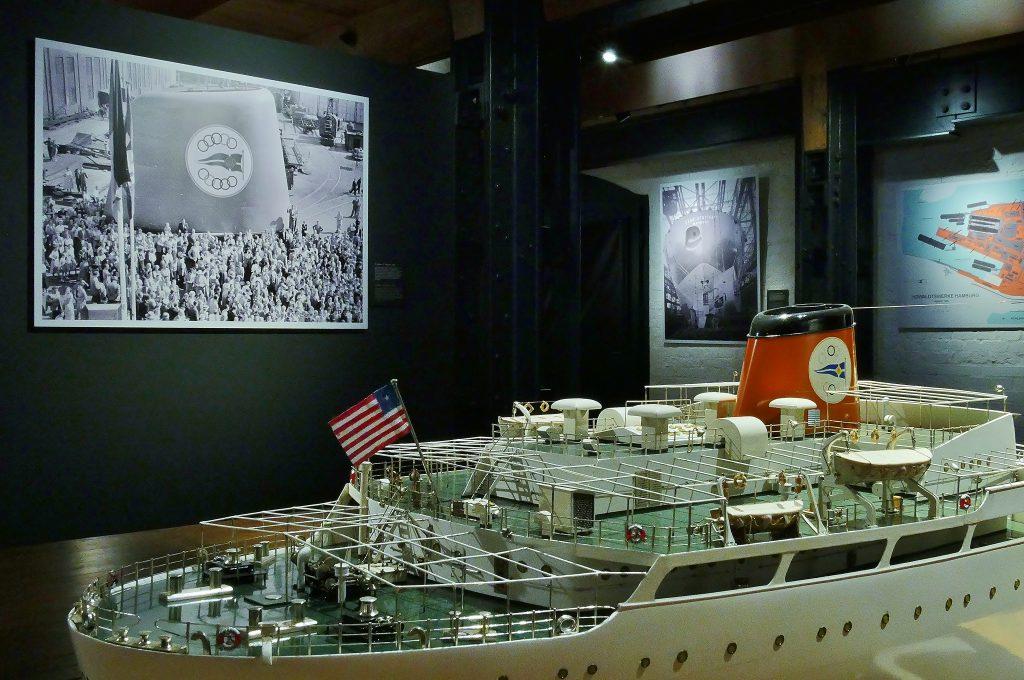 Der Tanker Tina Onassis als Modell und Foto in der Sonderausstellung Howaldtswerke.