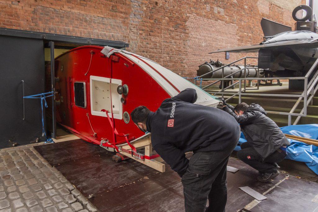 Das Segelboot James Caird II wird im Foyer des Internationales Maritimes Museum Hamburg transportiert.