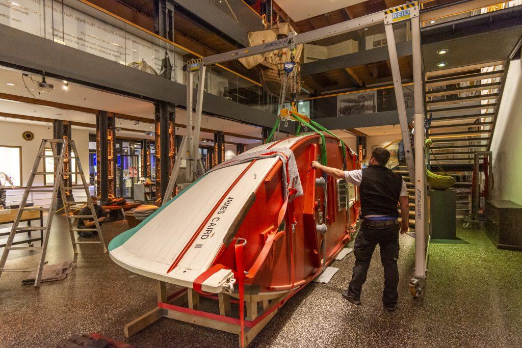 DAs Segelboot James Caird II wird im Foyer des Internationales Maritimes Museum Hamburg installiert.