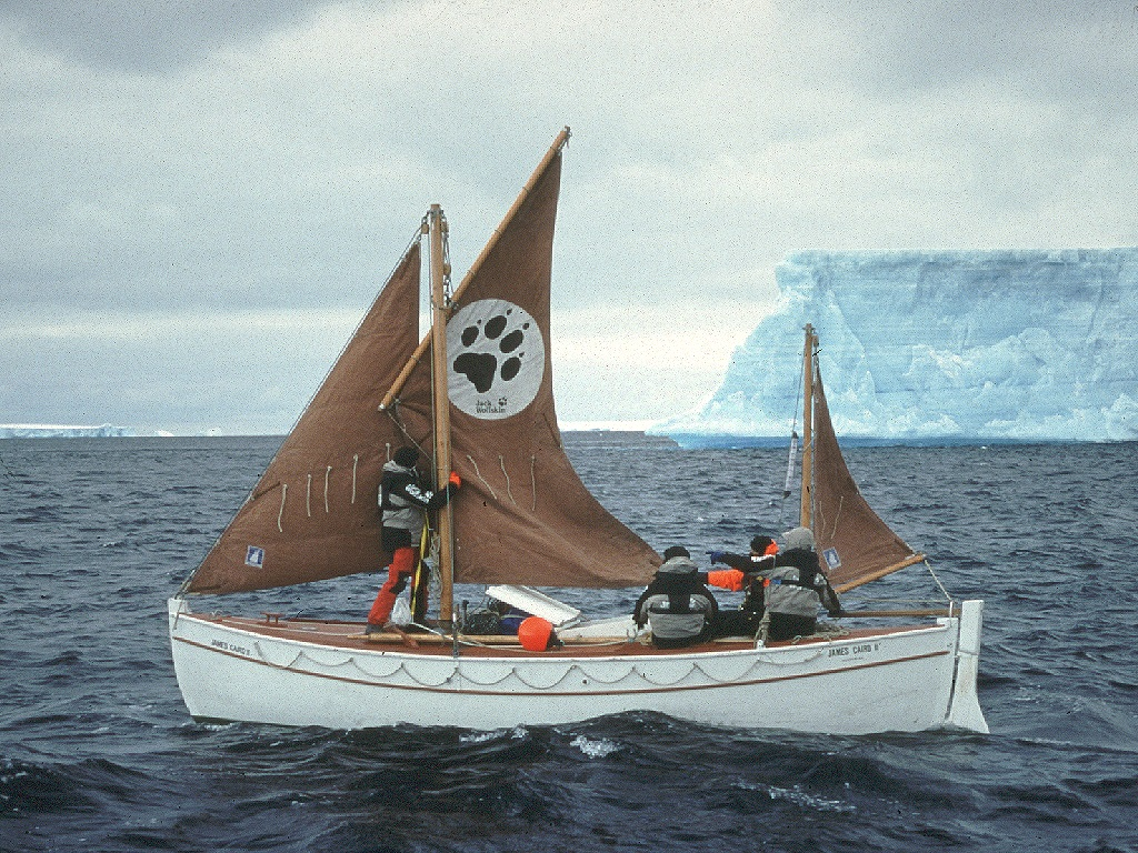 Arved Fuchs am Bord der James Caird II im Jahr 2000.