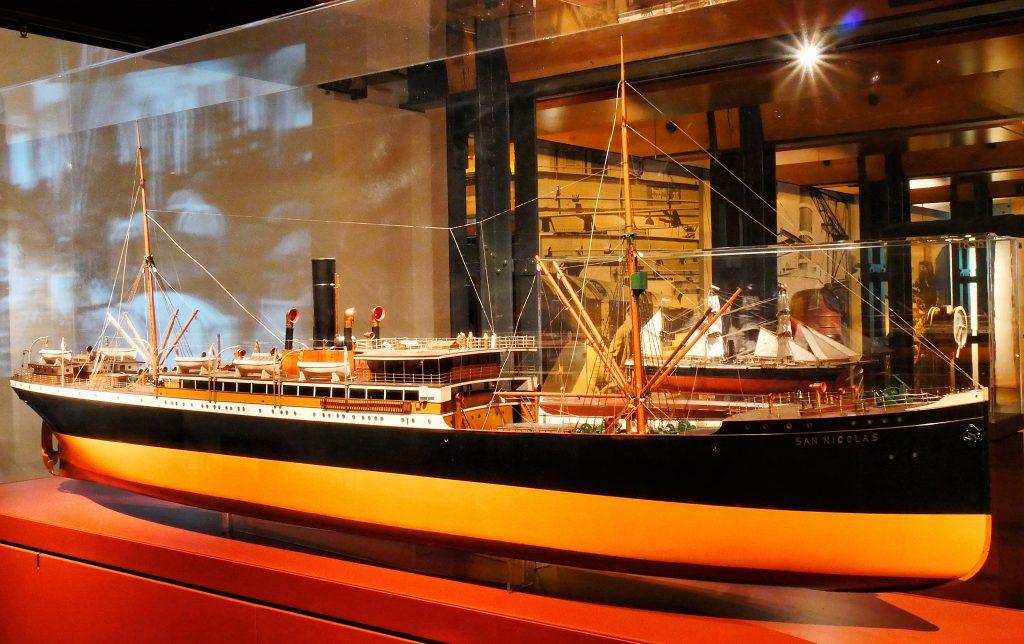 """Das Weftmodell des Dampfschiffes """"San Nicolas"""" der Reederei Hamburg Süd auf Deck 6 des Internationalen Maritimen Museum Hamburg."""