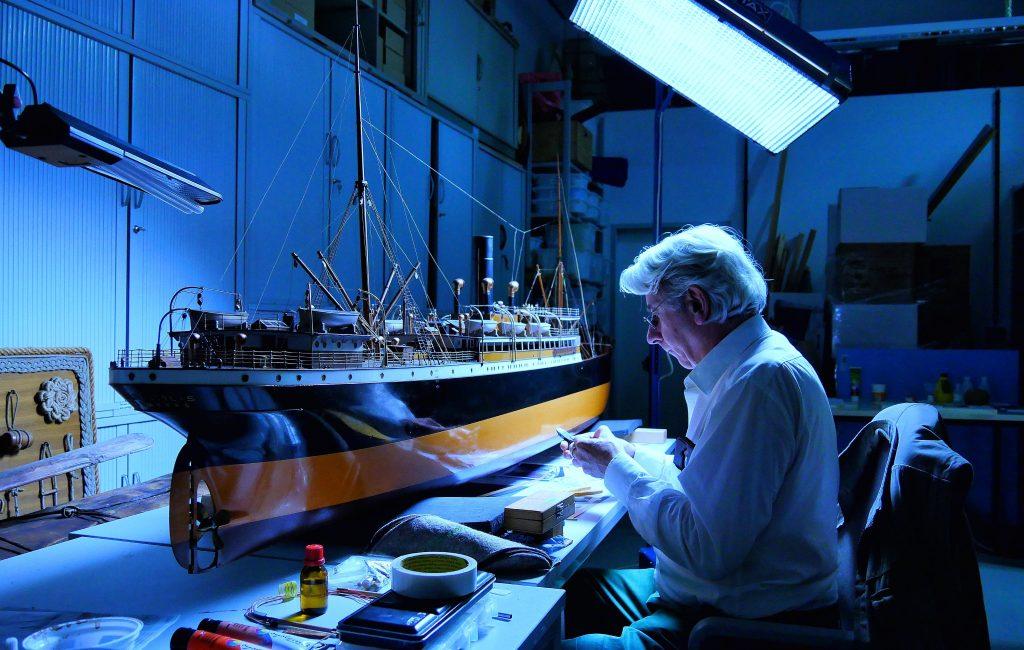 Das Werftmodell der Dampf- Frachtschiff San Nicolas der Reederei Hamburg Süd wird restauriert von Frederic Lebas im Internationalen Maritimen Museum Hamburg.