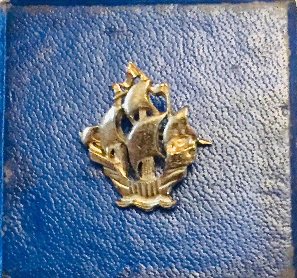 """Das goldene """"Blue Peter"""" von Stephen Payne, Marinearchitekt der QM2."""