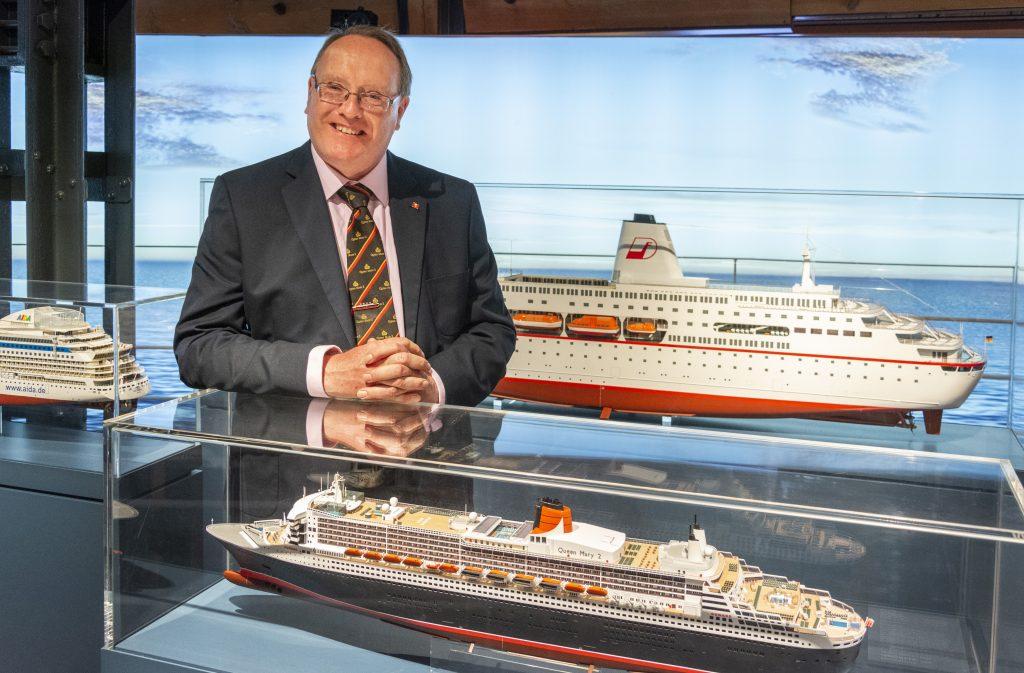 Das Transatlantic-Liner Queen Mary 2 im Masstab 1:350 und Marinearchitekt Stephen Payne im Maßstab 1:1 auf deck 6 des Internationalen Maritimen Museum Hamburg.