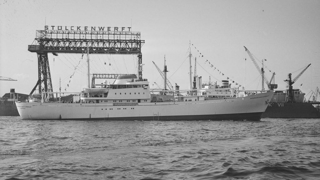 Schiffsnegativ des Frachtschiff Alexander von Humboldt (1959) im Hamburger Hafen. Online Archive Internationales Maritimes Museum Hamburg © 2021. Alle Rechte vorbehalten. Peter Tamm Sen. Stiftung (Hamburg).