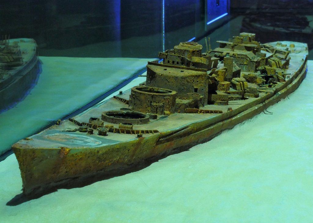 Diorama des Wracks der Schlachtschiff Bismarck gebaut von Wilhelm Thümler im Maßstab 1:250 und ausgestellt auf Deck 5 des Internationalen Maritimen Museum Hamburg.
