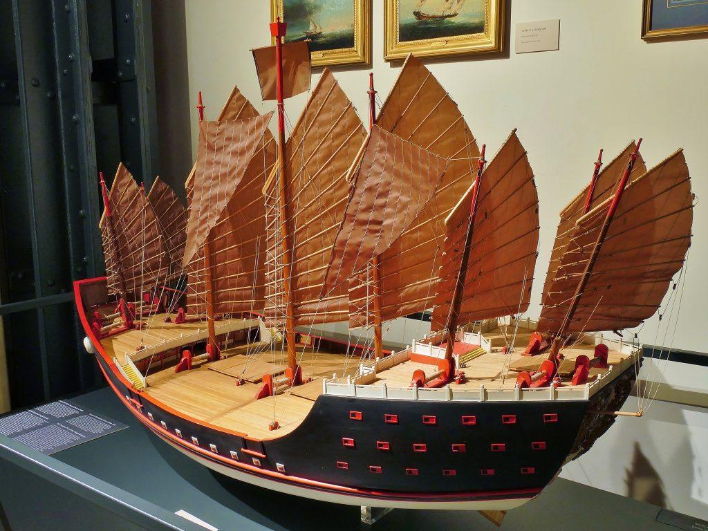 Dieses Modell der bǎochuán von Zheng Heim Maßstab 1:85 wurde auf der Grundlage verschiedener historischer Quellen angefertigt und ist über eineinhalb Meter lang. Es war ein großzügiges Geschenk von Mitgliedern der chinesischen Gemeinde der Stadt Hamburg im Jahr 2008, zur Eröffnung des Internationalen Maritimen Museum Hamburg.