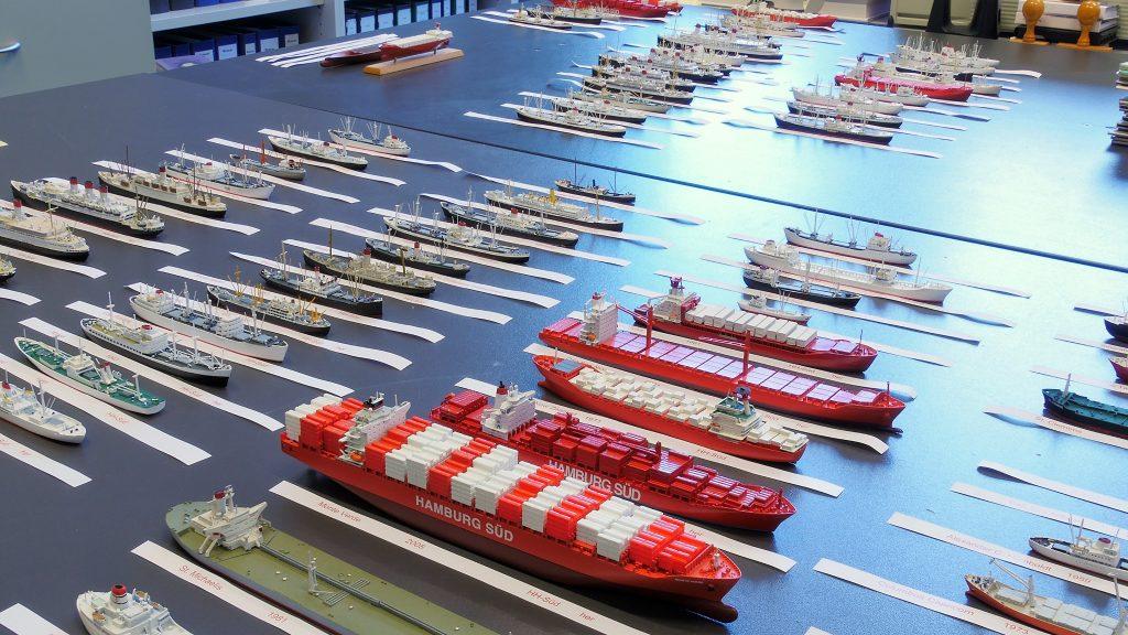 Die Historiker des Internationalen Maritimen Museums Hamburg sorgen für Ordnung in der umfangreichen Flotte von Miniaturen im Maßstab 1:250 von Schiffen aus 150 Jahren Hamburg Süd. Diese kleinen Schiffe werden in einem der Exponate der Sonderausstellung die Geschichte der Reederei anschaulich erklären.